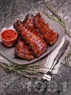 Бавно печени крехки свински ребра на фурна с мед, горчица и кетчуп - снимка на рецептата